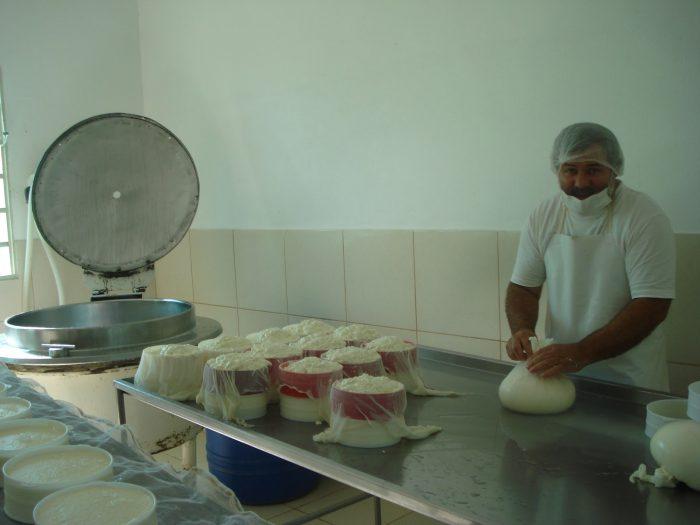 Luciano fazendo o queijo
